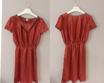 1980s striped dress. L size. Belted polyester shortsleeved dress in red and black colors. With tag, made in U.S.A. In excellent condition.