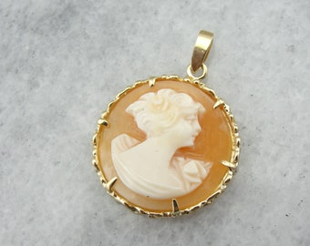 A Simple Cameo Pendant in Gold 17CJ7Z-P