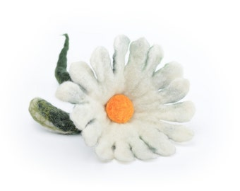 Wet felted brooch - felt daisy brooch - white felt brooch in folk style - white flower brooch - folk brooch - felted jewelry for women [B12]
