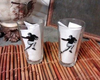 VINTAGE HEISMAN TROPHY glasses, set 2 large drinking glasses featuring a screen-printed image of football player, sports,retro,man cave, bar