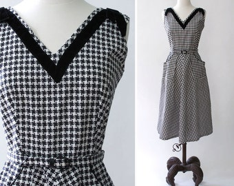 vintage 1950s dress <> 1950s cotton print dress <> 50s black and white houndstooth print sleeveless dress