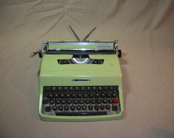 Machine à écrire OLIVETTI Lettera 32 verte.  Vintage.  Italie