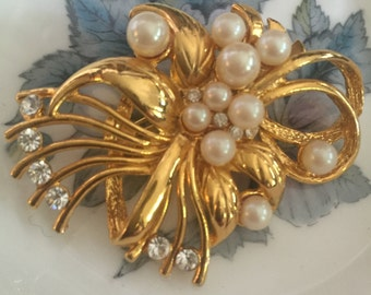 1980s Pearl Brooch with Diamantés - Vintage Brooch in Gold Tone with Pearls.