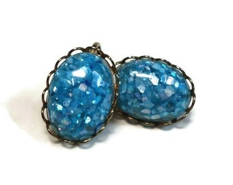 Confetti Stone Clip-on Earrings in Blue Flecked Oval Cabochon Bezel Set in Gold Ruffle Design - Vintage 50s Early Plastic Costume Jewelry
