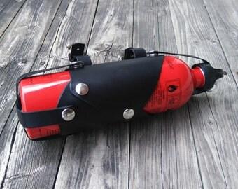 cuir moto carburant sling porte bouteille par dyingswanleather. Black Bedroom Furniture Sets. Home Design Ideas