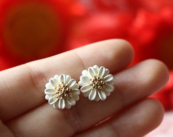white daisy dainty stud earrings