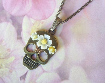 Necklace skull Crown white flowers