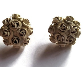 Vintage stud earrings posy of flowers in pale grey / cream colour