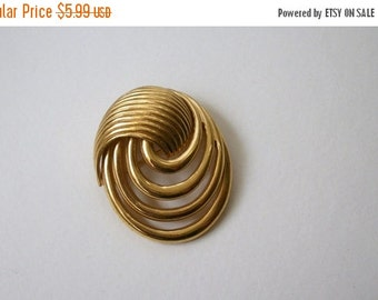 ON SALE 1960s Vintage Gold Tone Intertwining Pin 692
