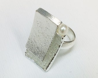 Oblong ring in sterling silver with Pearl, color and texture.