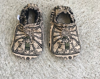 Zelda baby booties! Baby shoes, soft sole baby shoes, Link baby shoes.