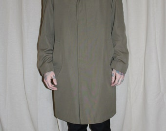Vintage 1960's Classic Men's Olive Green 'Showerproofed' Raincoat.  Medium.