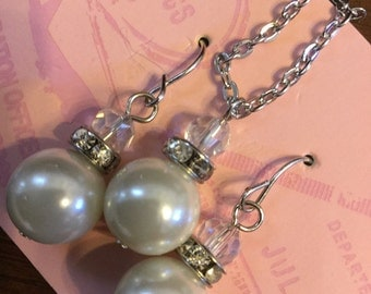 Set of pearl necklace and earrings