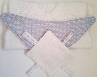 Blue ditsy dribble bib and mini lace taggy comforter.