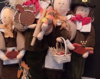 Thanksgiving Decor, A Pilgrim Family with Gifts for the Feast, (# 828/50)