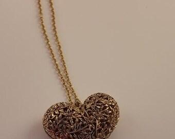 A golden heart pendant necklace