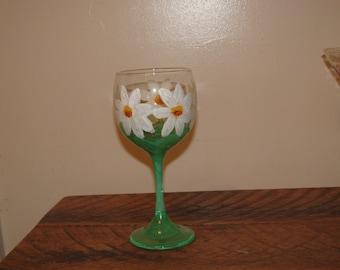 Hand painted Daisy wine glass