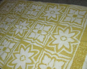 Vintage MOD 60s Geometric Flower Motif Yellow and White Bath Towel