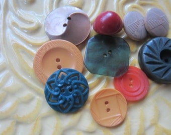 Vintage Buttons - Bakelite and celluloid mix some laser cut lot of 10, old and sweet (june 70c)