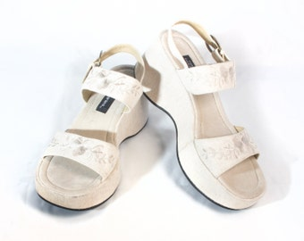 VTG 90's Chunky Linen Platforms size 8 1/2 Womens Strappy Embroidered Floral Flowers Tan Sandals Retro
