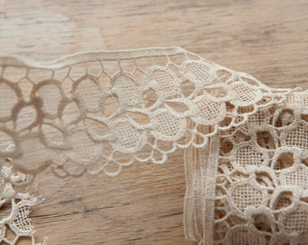Pretty Ivory Lace - 2.5 yards Vintage Fabric Trim 60s 70s New Old Stock