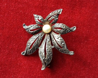 French filigree art deco floral brooch with a pearl