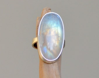 Moonstone Ring.  GLACIAR Oval Cabochon Sterling Silver Ring. Rainbow Moonstone. Silversmith. Fine Jewelry. Size 6.5