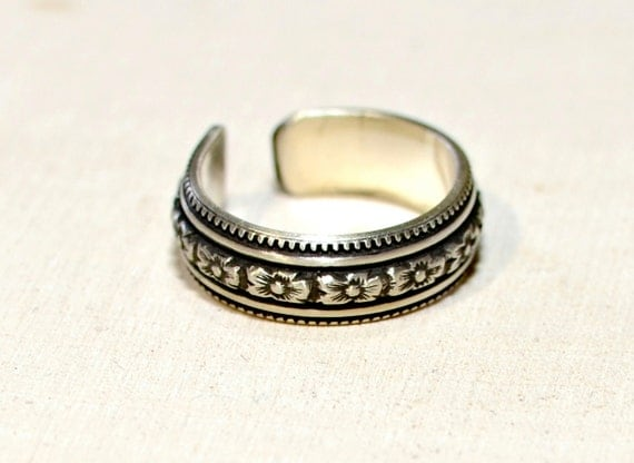 Sterling Silver Toe Ring with Hibiscus Flower Pattern and antiqued patina for contrast - solid 925 TR808