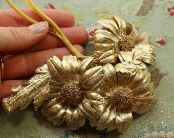 Vintage  gold millinery trim flower bouquet daisies patent cloth   family hat cloche bonnet 1940