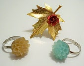 Lot of 3 nature rings - Goldtone leaf with red flower and 2 flower rings - Adjustable bands - Stackable - cheesegrits