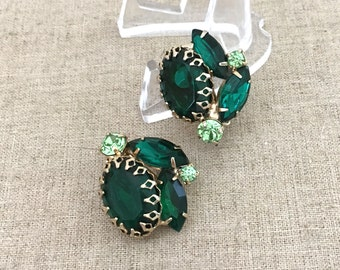 Emerald Green Rhinestone Earrings - Vintage Green Clip On Earrings - 1950s Rhinestone Jewelry - JryenDesigns