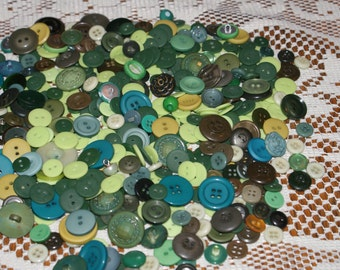 """Bulk lot 500 Assorted Green Plastic Buttons 3/8"""" to 1""""  Lot 1655"""