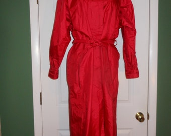 70s GALLERY Chic Red TRENCH Style RAINCOAT Back Cape Look Belt Pockets Shiny Sheen Valentine Scarlet Cardinal Color Red Vintage Sz 4