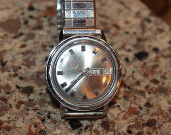 Vintage TIMEX Water Resistant Men's Watch with Stainless Steel Back -works