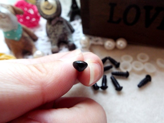 6mm Triangle Safety nose Colored Doll nose Toy nose Doll Parts Animal nose Plush nose Teddy Bears nose Plastic nose - black - 50 pcs