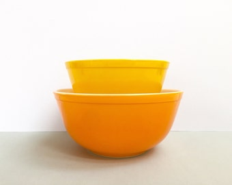 Pyrex 'Daisy' #402 and #403 nesting bowls (c. 1968-73)