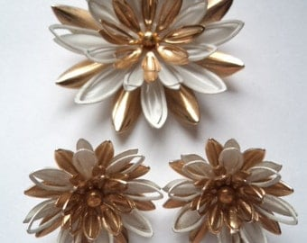 Vintage Signed Sarah Coventry Goldtone/White Water Lily  Brooch/Pin and Earring Set