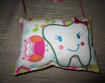 Tooth fairy pillow with applique tooth pocket