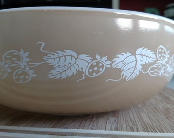 Pyrex 024 Tan Berry Bowl