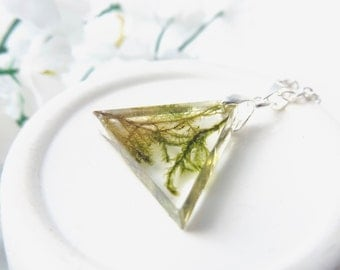 Terrarium geometric triangle necklace - with real moss - botanical jewellery - unique gift ideas - natural jewellery - green necklace