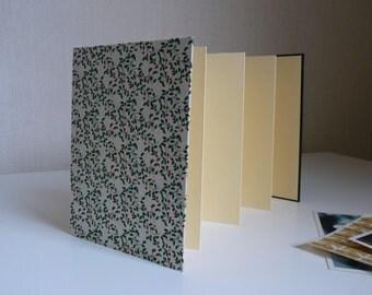 Album  photo accordéon. Leporello. Papier népalais, feuillage vert.