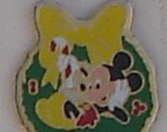 Mickey Mouse & Minnie In A Christmas Wreth Disney 1988 Enameled pin