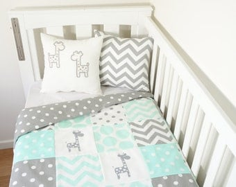 Patchwork quilt nursery set - Mint and grey giraffes (Grey with white spot quilt backing)