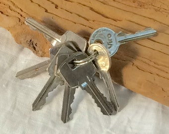 Vintage flat keys for steampunk jewelry set of 7 old door keys made in Italy salvaged locks set of 7