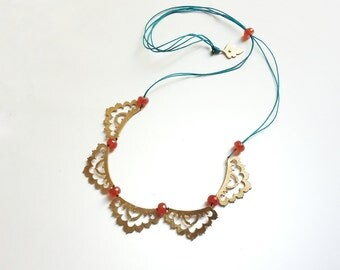 collar de cinco, Marruecos inspiraron con hilo azul y piedras de cornalina naranja