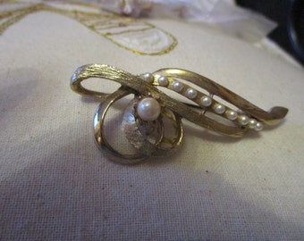 """vintage goldtone brooch with one faux pearl/10 faux seed pearls in good condition 2.75""""across"""