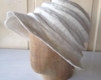 Hat, handgefilzt , white merino wool