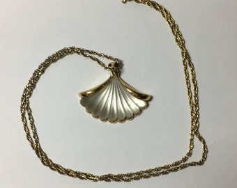 Vintage frosted Avon shell necklace gildtone