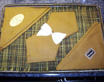 Vintage placemats and napkins. Set of 8. 4 placemats 4 napkins.