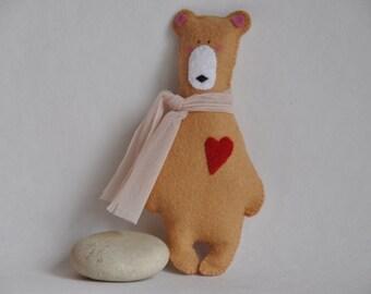 Ours en feutrine de laine avec coeur et écharpe, cousu main, 15 cm, ornement, décoration ou broche